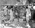 COLLECTIE TROPENMUSEUM 'Loondorsers voorkomen werkloosheid door rijst met handrijstpelmolen en rijstblok na te stampen monocultuur rijstgebied Buahbatu Bandung' TMnr 10011153.jpg