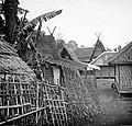 COLLECTIE TROPENMUSEUM Schutting (pagar) in een kampong Garoet TMnr 10017313.jpg