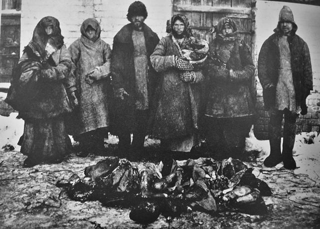 640px-Cannibalism_russian_famine1921_6_peasants_bouzuluk_district_and_remains_of_humans_they_eatten.jpg