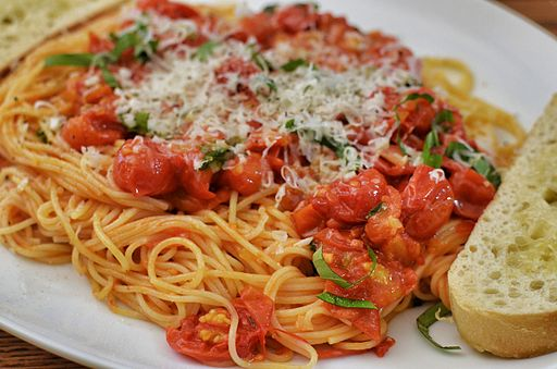 Cherry tomatoes on pasta (14530170849)