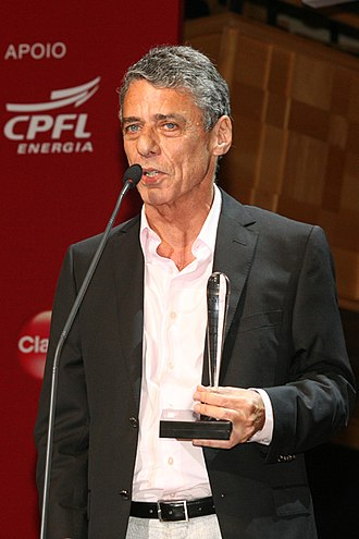 Chico Buarque - Buarque receiving the best book award at the 5th BRAVO! Prime de Cultura in 2009