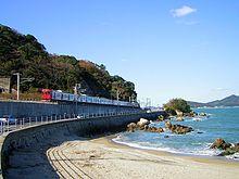 博多湾沿いを走行する電車(103系1500番台)