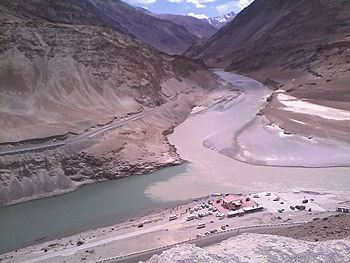 Confluence of Sindhu and Zanskar River at Nimmu.jpg