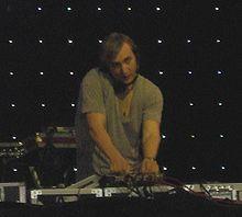 David Guetta učinkuje na festivalu Coachella.