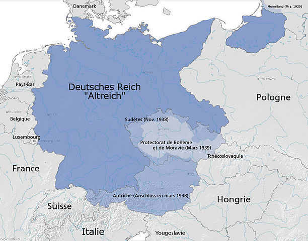 Третий рейх в 1939 году. Синим цветом обозначен т.н. «Старый рейх»; голубым— земли, присоединённые в 1938 году; светло-голубым— Протекторат Богемии и Моравии