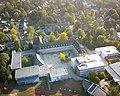 Die Sachsenwaldschule mit Blick auf den Schulhof.jpg