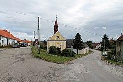 Dolní Vilímeč, náves s kaplí (2017-07-26; 01).jpg