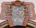 """Domovní znamení Samson nese dveře Gazy, dům """"U železných dveří"""" Michalská 436-I, Praha-Staré Město.jpg"""