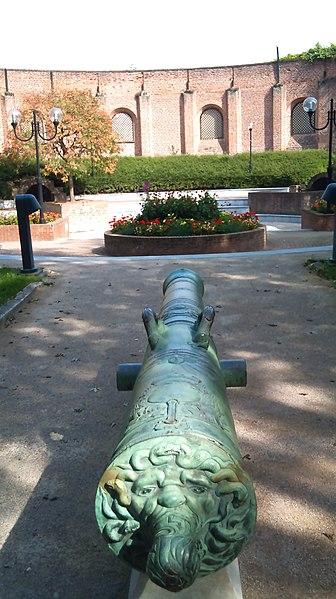 Fichier:Douai - la fonderie de canons - la furibonde et enceinte.jpg