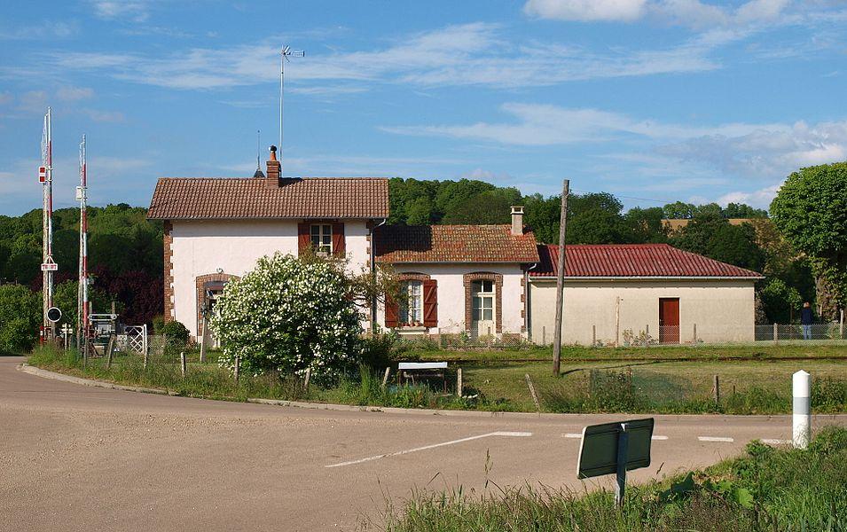 Dracy-sur-Ouanne (Yonne, France). L'ancienne gare et le passage à niveau, vue vers le nord-est.