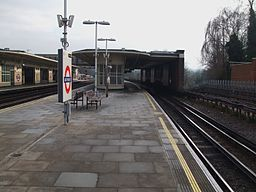 East Finchley stn northbound through platform look south