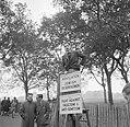 Een spreker bij de Speakers' Corner in het Hyde Park. Op de borden staat Associ, Bestanddeelnr 254-1986.jpg