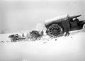 Ein Lastwagen als Zugmaschine einer 15cm Haubitze im Neuschnee - CH-BAR - 3241015.tif