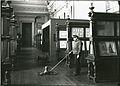 Entretien des parquets dans les années 1930.jpg