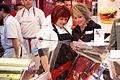 Esperanza Aguirre haciendo campaña en un mercado (2).jpg