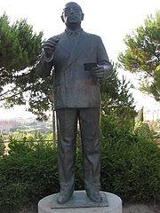 Estatua de Enrique Tierno Galván