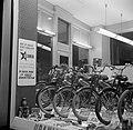 Etalage van een rijwielhandel met links een reclamebord voor bromfietsen van het, Bestanddeelnr 252-8848.jpg