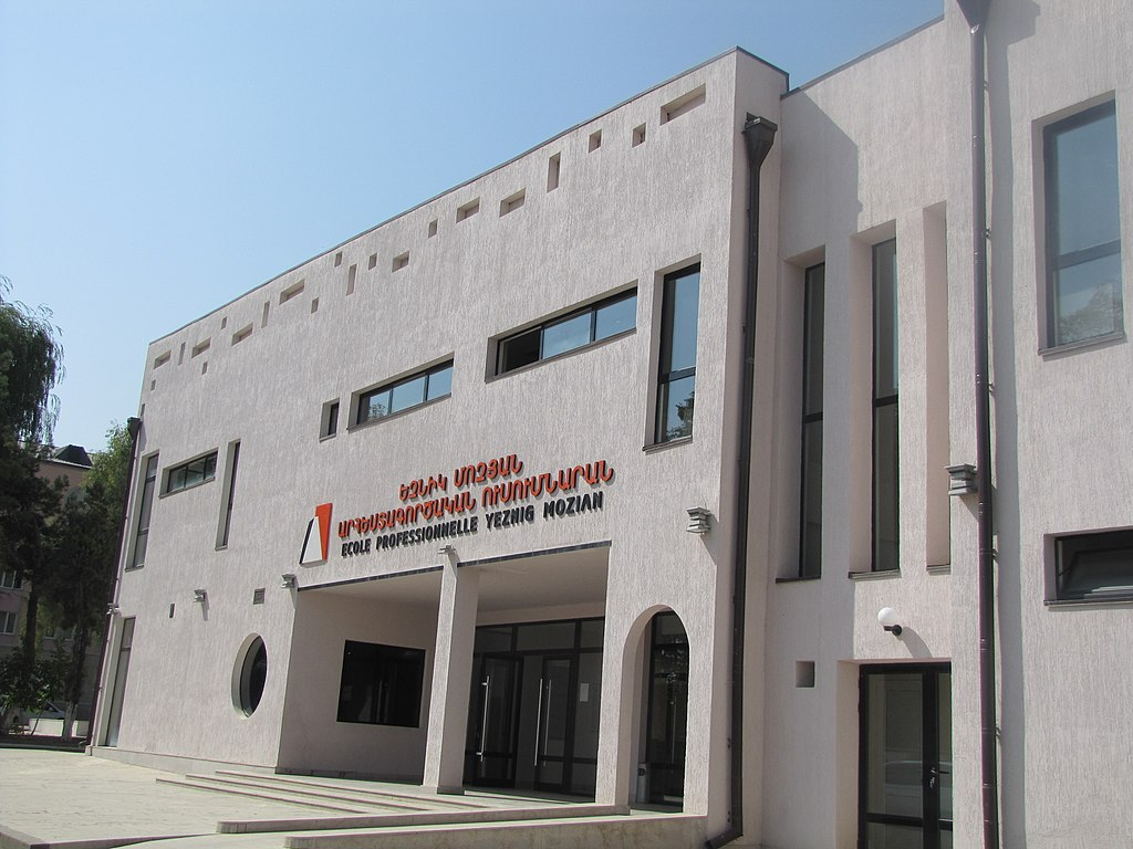 https://upload.wikimedia.org/wikipedia/commons/thumb/9/90/Eznik_Mozyan_college%2C_Shushi.jpg/1024px-Eznik_Mozyan_college%2C_Shushi.jpg