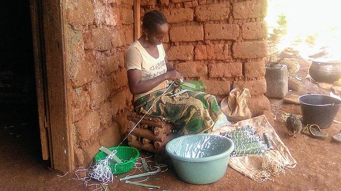 Femme confectionnant des bâtons de manioc.jpg