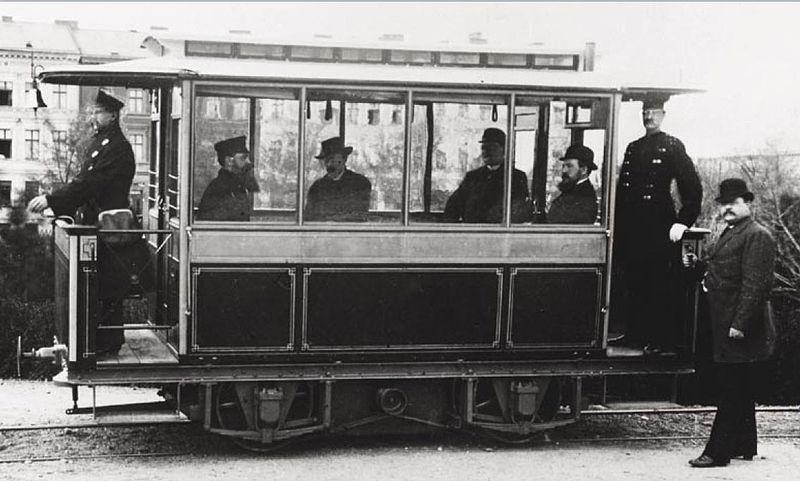 First electric tram- Siemens 1881 in Lichterfelde.jpg