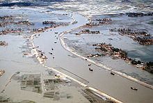 Luchtfoto van overstromingen langs een beek
