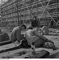Fotothek df ps 0000255 Bauarbeiter in der Frühstückspause vor eingerüstetem Rohb.jpg