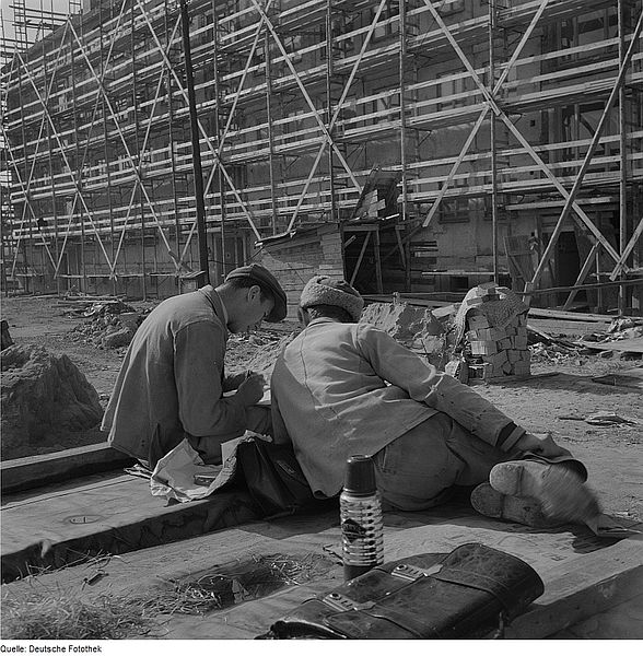 File:Fotothek df ps 0000255 Bauarbeiter in der Frühstückspause vor eingerüstetem Rohb.jpg