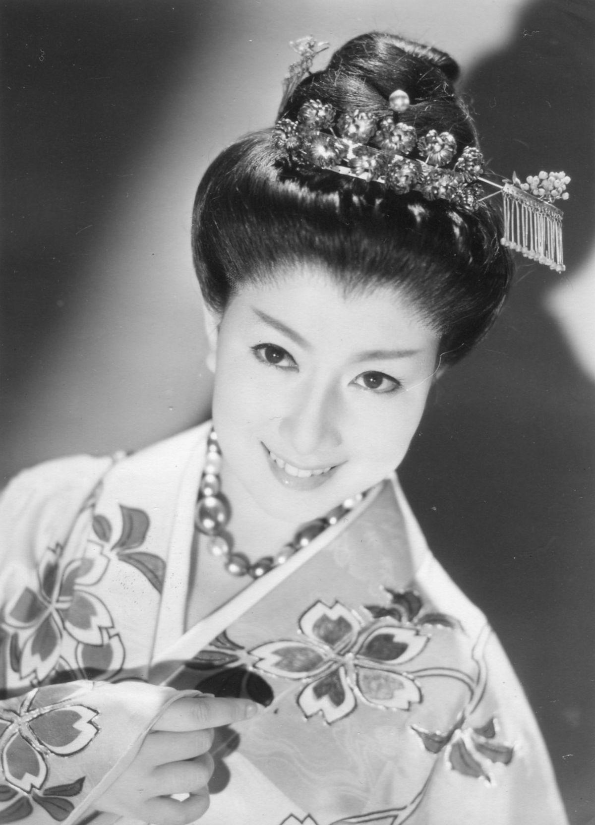 豪華なかんざしを付け、着物姿で微笑む若い頃の山本富士子