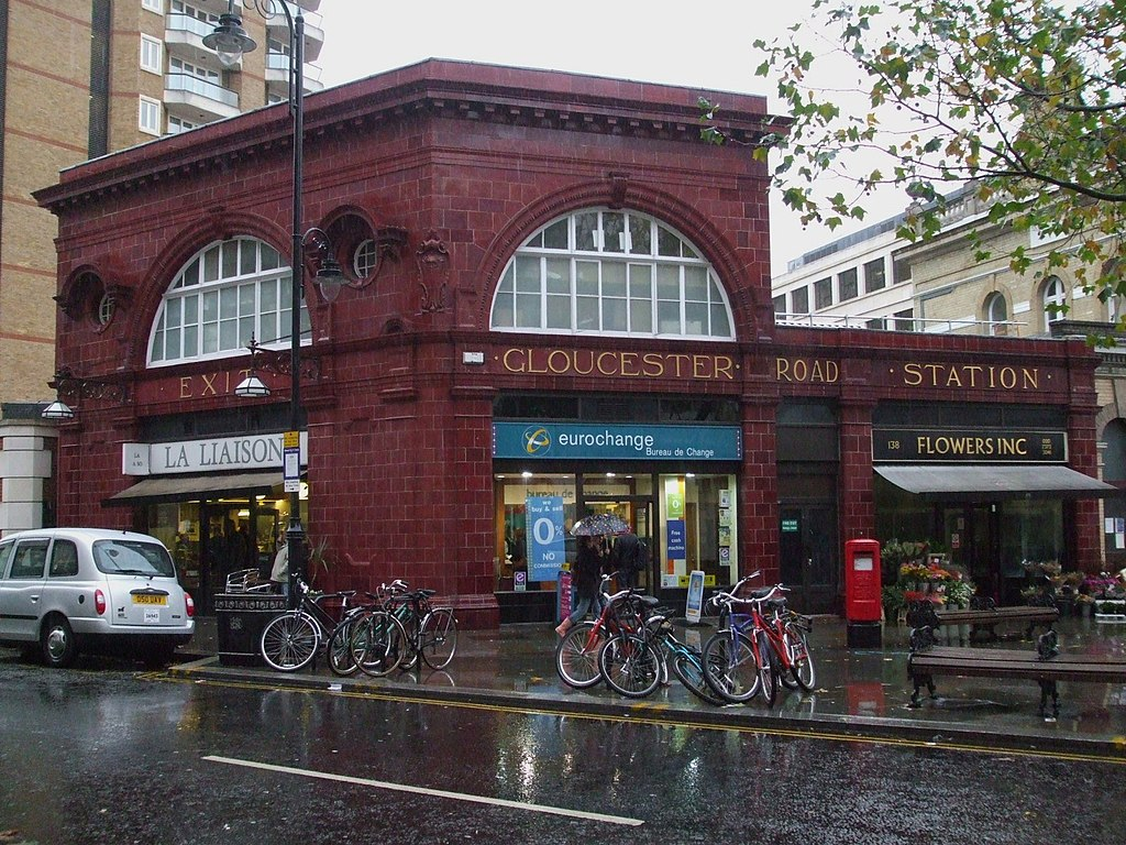 File:Gloucester Road stn former Piccadilly building look ...