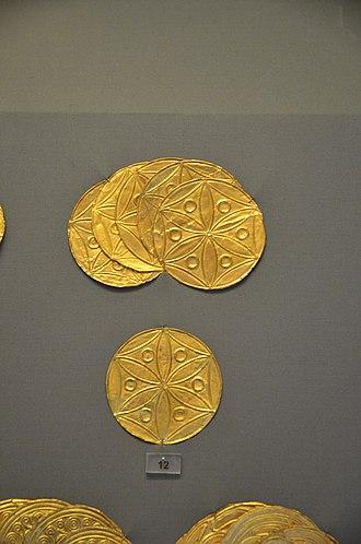 Six-petal rosette - Image: Golden rosettes from the women graves