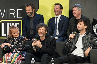 Good Omens (TV series) - Good Omens interview at New York Comic Con in October 2018. Front: Richardson, Gaiman, and Tennant. Rear: Sheen, Hamm, and Mackinnon