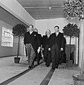 Groep mannen lopend in gelegenheidkleding, vooraan de fabrieksdirecteuren Jan (l, Bestanddeelnr 255-8545.jpg