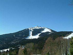 Blick von Norden zum Großen Arber mit Skianlagen und zwei markanten Radomen