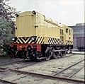 HUA-151543-Afbeelding van de diesel electrische rangeerlocomotief nr 633 serie 600 van de NS in gele uitvoering en met schrikstrepen bij de hoofdwerkplaats van d.jpg