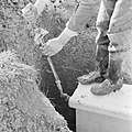 Inpoldering en bemaling, stellen spanstuw, arbeiders, spanstaven, Bestanddeelnr 159-0954.jpg