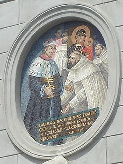 Zdobienie bramy wałowej z napisem: Władysław Książę Pan Opolszczyzny ordynans św. Pawła, założyciel, pierwszy eremita kościoła jasnogórskiego