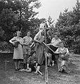 Jonge vrouwen poseren met allerlei voorlwerpen en verkledingen, Bestanddeelnr 904-0970.jpg