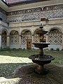 Kašna na nádvoří zámku v Doudlebech nad Orlicí.jpg