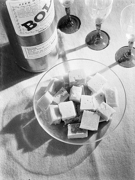 File:Kaasblokjes bij een fles Bols, Bestanddeelnr 189-0117.jpg