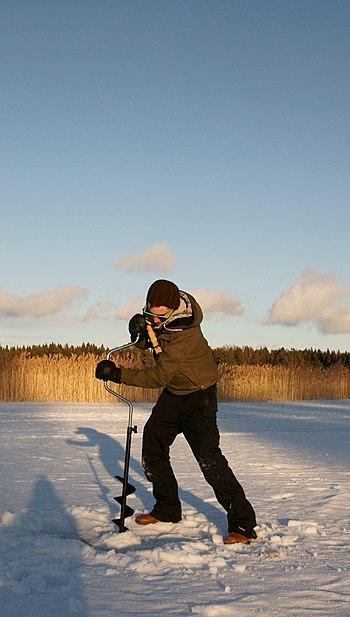 Suomi: Pilkkireiän kairausta kairalla.