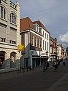 foto van Pand met lijstgevel, dakkapel en jongere winkelpui