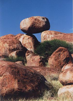 Karlu Karlu / Devils Marbles Conservation Reserve - Suspended boulder