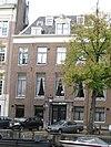 foto van Dubbel huis met gevel voorzien van een middenrisaliet onder rechte lijst, die evenals de deuromlijsting, deur en stoeppalen