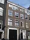 foto van Voormalig koetshuis met gevel onder rechte lijst en deuromlijstingen