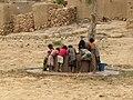 Kinderen bij een waterput (4199292917).jpg