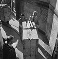 Kisten worden op lorries en smalspoor het gebouw van de Nederlandsche Bank inger, Bestanddeelnr 900-8693.jpg