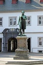 Das Johannes-Müller-Denkmal auf dem Jesuitenplatz