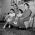 Koning Hussein met jongere familieleden, prins Hassan, prins Mohammad en prinses, Bestanddeelnr 255-5064.jpg