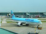 Korean Air 777-200 HL7574 at ICN (28166052900).jpg