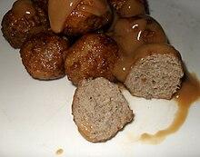 Köttbullar servite con la tipica salsa a base di panna.